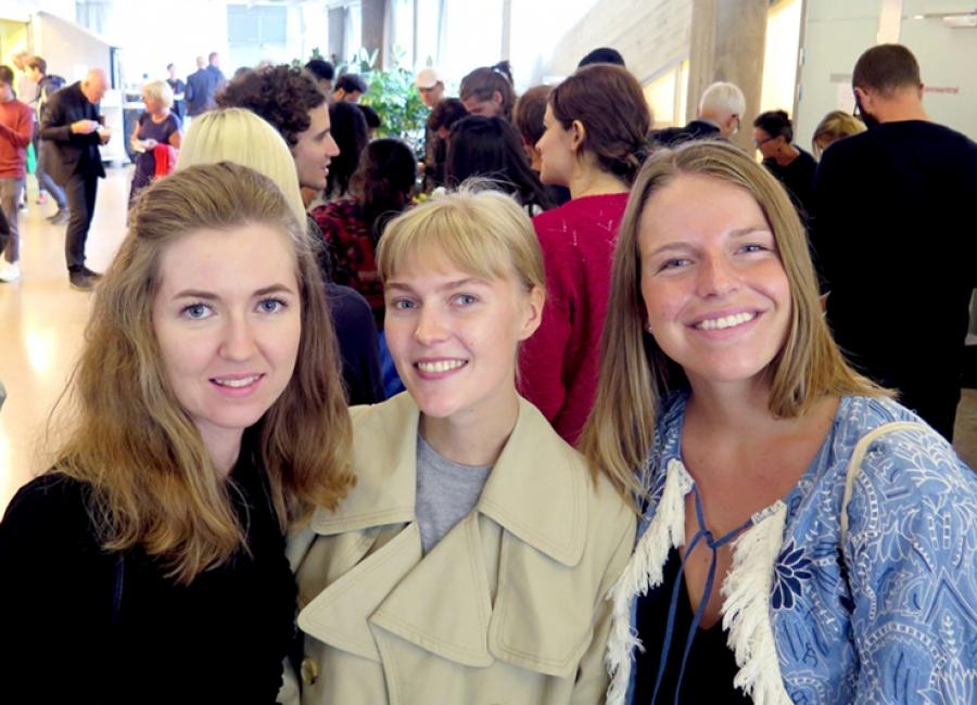 Studentene på den nye masteren gleder seg til å ta fatt på det nye studiet og synes det er spennende at de får studere både i Oslo og Tromsø. Fra venstre: Julia Solntseva, Iris Røise Aasebø og Live Victoria Noren. Foto: Randi Solhaug